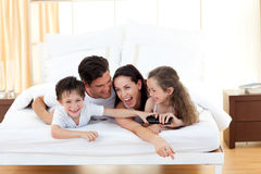 Enfants de mêmes parents avec leurs parents ayant l'amusement Photos stock