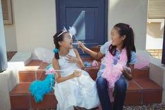 Enfants de mêmes parents ayant l'amusement dans le costume féerique Photos stock
