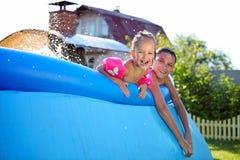 Enfants de mêmes parents caucasiens joyeux à l'extérieur Photographie stock libre de droits