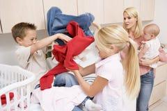 Enfants de mêmes parents combattant tout en faisant la blanchisserie photo stock