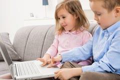 enfants de mêmes parents d'ordinateur portatif d'ordinateur Photo libre de droits