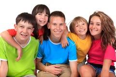 Enfants de mêmes parents dans des T-shirts colorés Photos libres de droits