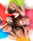 Enfants de mêmes parents dans des T-shirts colorés Image stock