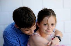 Enfants de mêmes parents dans la cohésion Photos stock