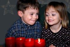 Enfants de mêmes parents dans Noël de attente d'avènement photo stock