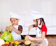 Enfants de mêmes parents effectuant le sandwich Photographie stock libre de droits