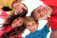 Enfants de mêmes parents en cercle Image libre de droits