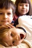 Enfants de mêmes parents espiègles Photo stock