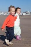 Enfants de mêmes parents et amis Photos libres de droits