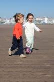 Enfants de mêmes parents et amis Photo stock