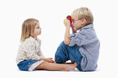Enfants de mêmes parents et appareil-photo de jouet Images stock