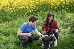 Enfants de mêmes parents et chien Photos libres de droits