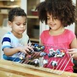 Enfants de mêmes parents faisant cuire le concept d'unité de nourriture de cuisine image stock