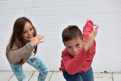 Enfants de mêmes parents folâtres Images libres de droits