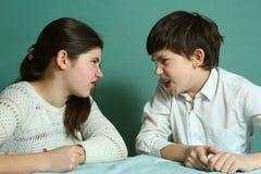 Enfants de mêmes parents frère et soeur se disputant Photo stock