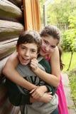 Enfants de mêmes parents garçon d'adolescent et étreindre de fille Image stock