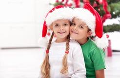 Enfants de mêmes parents heureux au temps de Noël Images libres de droits