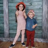 Enfants de mêmes parents heureux d'enfants en bas âge Image stock