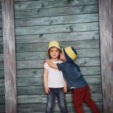 Enfants de mêmes parents heureux d'enfants en bas âge Photos stock