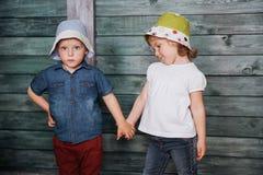 Enfants de mêmes parents heureux d'enfants en bas âge Photos libres de droits