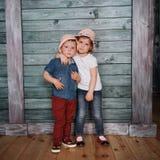 Enfants de mêmes parents heureux d'enfants en bas âge Images libres de droits