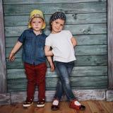 Enfants de mêmes parents heureux d'enfants en bas âge Photo stock