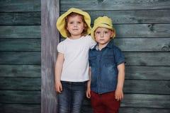 Enfants de mêmes parents heureux d'enfants en bas âge Image libre de droits