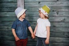 Enfants de mêmes parents heureux d'enfants en bas âge Photographie stock libre de droits