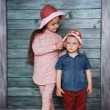 Enfants de mêmes parents heureux d'enfants en bas âge Images stock