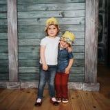 Enfants de mêmes parents heureux d'enfants en bas âge Belle exposition Image stock