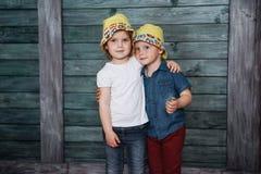 Enfants de mêmes parents heureux d'enfants en bas âge Belle exposition Images stock