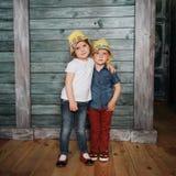 Enfants de mêmes parents heureux d'enfants en bas âge Belle exposition Photos libres de droits