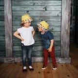 Enfants de mêmes parents heureux d'enfants en bas âge Belle exposition Image libre de droits