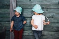 Enfants de mêmes parents heureux d'enfants en bas âge Belle exposition L'Ukraine l'Europe Photographie stock