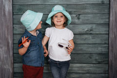 Enfants de mêmes parents heureux d'enfants en bas âge Belle exposition L'Ukraine l'Europe Photos libres de droits