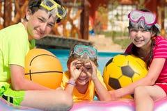Enfants de mêmes parents heureux dans le regroupement Photos stock