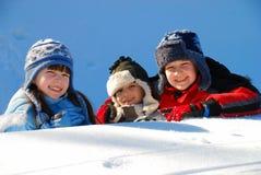 Enfants de mêmes parents heureux en hiver Images libres de droits