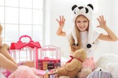 Enfants de mêmes parents heureux jouant ensemble à la maison Image stock