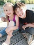 Enfants de mêmes parents heureux de jour d'été images stock