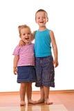 Enfants de mêmes parents heureux posant pour l'appareil-photo images libres de droits