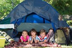 Enfants de mêmes parents heureux sur des vacances en camping photos stock
