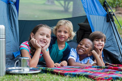 Enfants de mêmes parents heureux sur des vacances en camping photos libres de droits