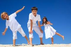 Enfants de mêmes parents heureux sur la plage Photo libre de droits