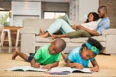 Enfants de mêmes parents heureux sur le dessin de plancher Photographie stock libre de droits