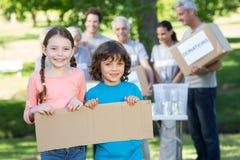 Enfants de mêmes parents heureux tenant le blanc photographie stock libre de droits