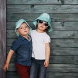 Enfants de mêmes parents heureux Ukraine d'enfants en bas âge l'europe Images libres de droits