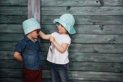 Enfants de mêmes parents heureux Ukraine d'enfants en bas âge l'europe Photographie stock