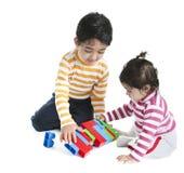 Enfants de mêmes parents jouant avec des blocs Photo libre de droits