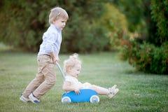 Enfants de mêmes parents jouant ensemble Photographie stock libre de droits