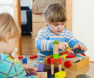 Enfants de mêmes parents jouant ensemble avec des blocs Images stock
